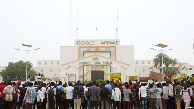 Etudiants Niger devant assemblee Nationale